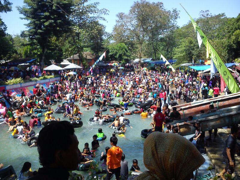Ribuan pengunjung padati kolam pemandian Patemon, Kecamatan Tanggul, Kabupaten Jember, Minggu (11/8). Libur lebaran dimanfaatkan warga untuk berlibur bersama keluarga.