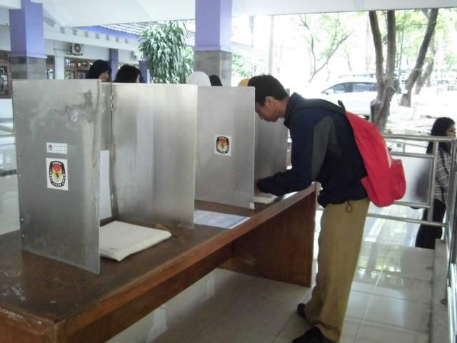 Mahasiswa sedang memberikan suaranya pada proses Pemilu Raya (PEMIRA) UNS 2013 untuk memilih Presiden dan Wakil Presiden BEM UNS 2013 serta Anggota Legislatif DEMA UNS 2013. PEMIRA UNS 2013 sendiri dilaksanakan pada tanggal 6-7 November 2013.