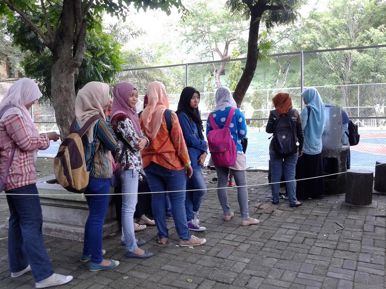 Antrian mahasiswa yang akan mengikuti proses PEMIRA UNS 2013 terjadi di TPS yang berada di Fakultas Pertanian.