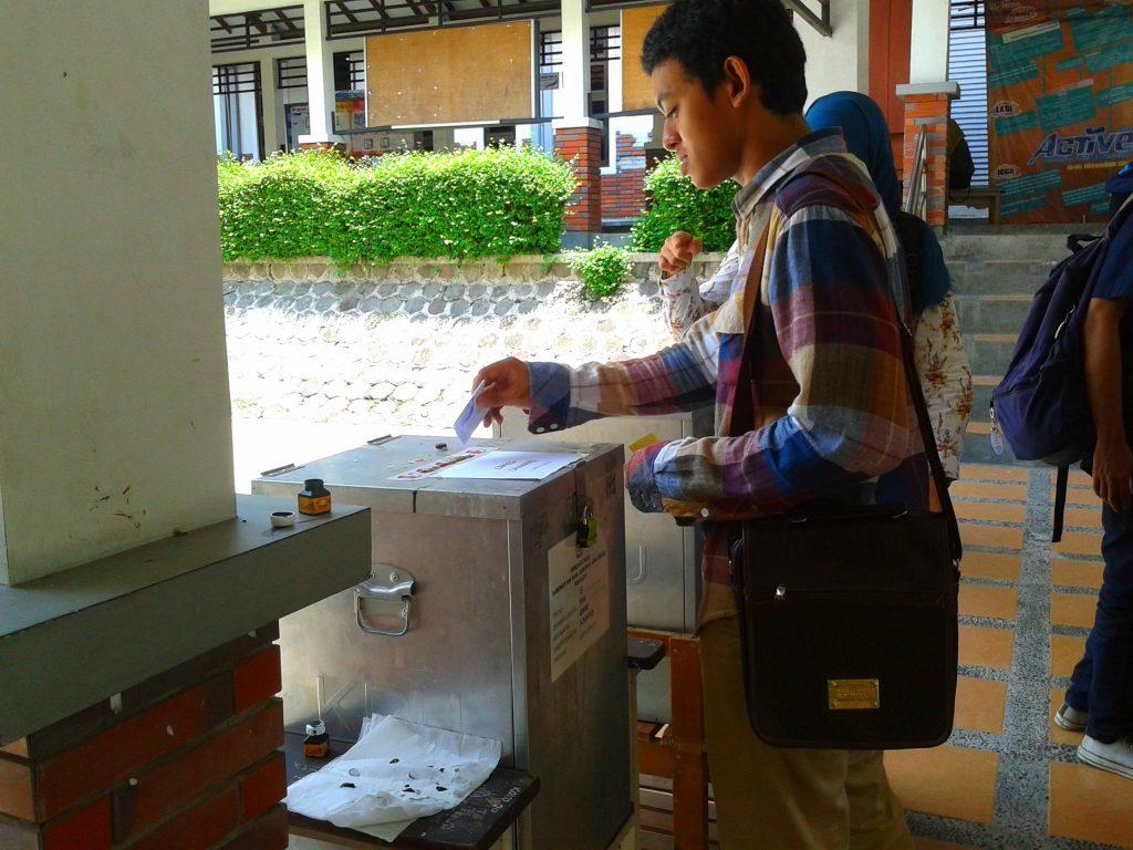 Seorang mahasiswa memberikan suaranya pada PEMIRA hari kedua di Fakultas Ekonomi UNS