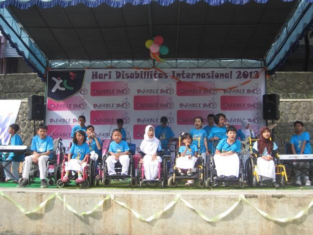 Sejumlah anak difabel unjuk kebolehan dalam acara perayaan Hari Disabilitas Internasional di lapangan basket gedung E FKIP UNS pada Rabu (11/12)