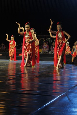 Sejumlah anak sedang menampilkan tarian tradisional Jawa Tengah pada Festival Teater Berbahasa Jawa Se-Jawa Tengah 2013