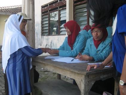 Salah satu warga Desa Sidowarno, Wonosari, Klaten yang sedang mendaftar sembako gratis