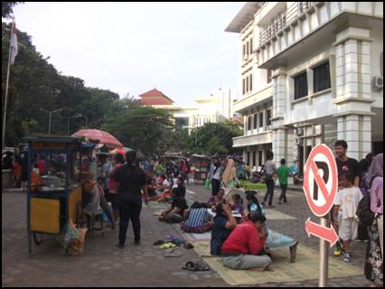 Suasana Sunday market UNS
