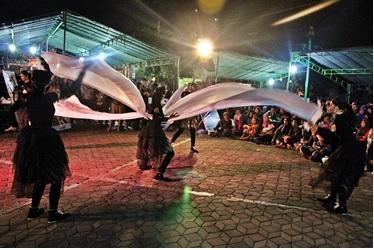 Penampilan dance kontemporer yang apik dari peserta lomba berhasil merebut perhatian penonton.
