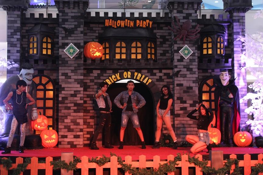 """""""Halloween Party 2"""" dibuka dengan kompetisi dance cover yang diikuti oleh belasan peserta, salah satunya adalah Golden Chicks yang mengawali kompetisi dengan lagu dari girlband Korea Selatan, 4minute."""