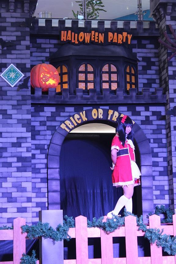 "Stage ""Halloween Party 2"" dihiasi dengan hiasan khas Halloween, seperti labu dan kastil vampire. Stage ini berada di tengah-tengah atrium Hartono Mall yang tentu saja menjadi pusat perhatian pengunjung mall."