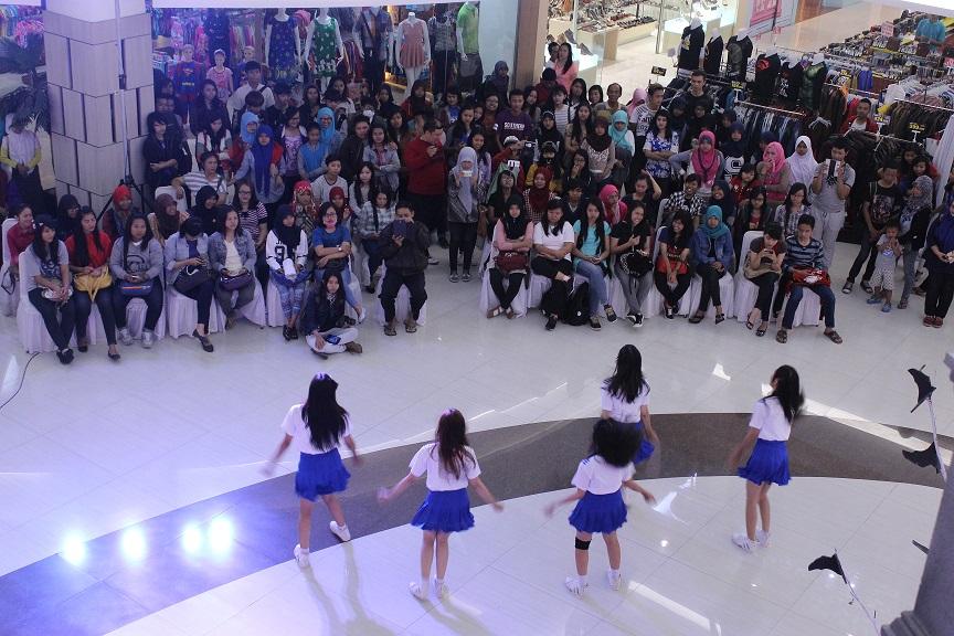 Antusiasme masyarakat cukup tinggi terlihat dari banyaknya penonton yang memadati atrium Hartono Mall pada Kamis (29/10). Hal tersebut didukung dengan aksi apik dari C-Friends yang saat itu sedang menambilkan performance terbaiknya.