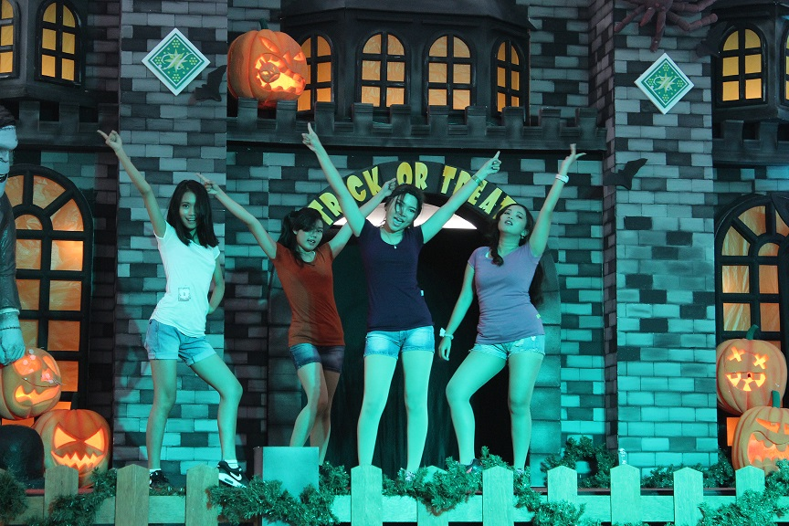 Salah satu peserta kompetisi dance cover yang meng-cover girlband ternama, Sistar dengan lagu mereka Shake It mengguncang Atrium Hartono Mall Kamis Malam (29/10).