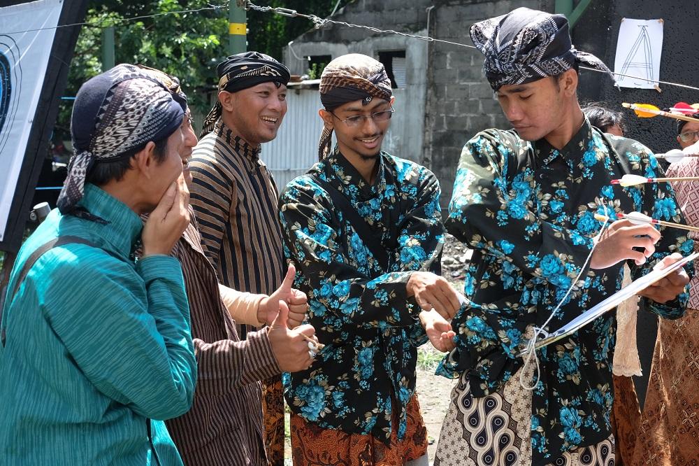Setia dengan pakaian adat Jawa.